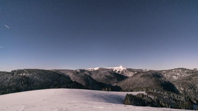Timelapse av stjärnhimmel över snötäckta berg