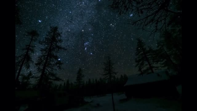 vídeos de stock e filmes b-roll de timelapse of stars over house - astronomia