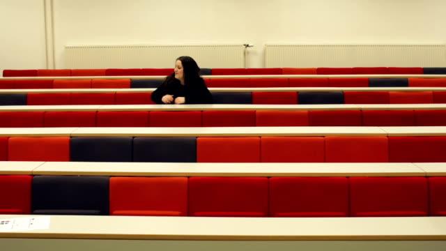 timelapse of students filling lecture hall - lecture hall bildbanksvideor och videomaterial från bakom kulisserna