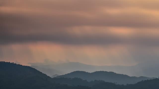 vídeos de stock e filmes b-roll de time-lapse de feixe de raios de sol e nuvens sobre a montanha, 4 k (uhd - valley
