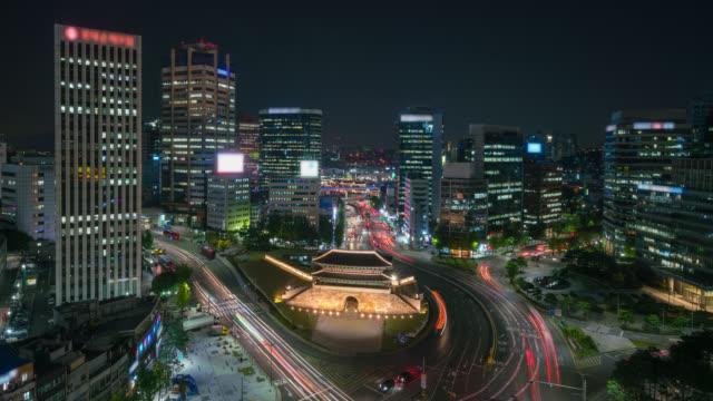 timelapse sungnyemun tor (namdaemun-markt) oder namdaemun-tor mit lichtspuren des autos in der nacht in seoul, südkorea. - heranzoomen stock-videos und b-roll-filmmaterial