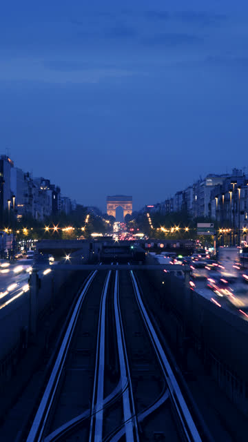 vídeos de stock, filmes e b-roll de time-lapse of sunrise looking towards arc de triomphe,paris, france - vertical
