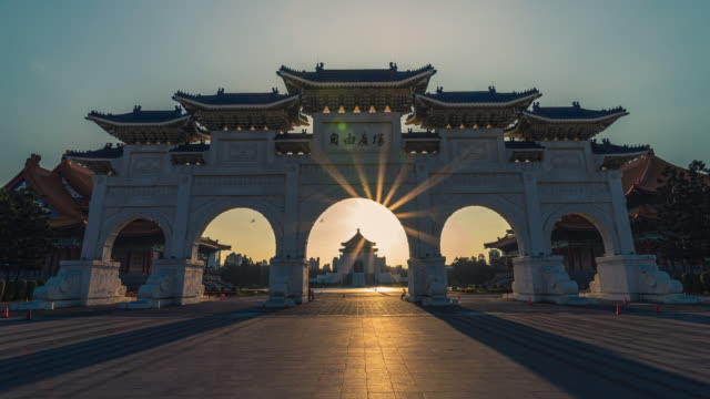 timelapse of sunrise of chiang kai shek memorial hall at dawn - chiang kaishek memorial hall stock videos & royalty-free footage