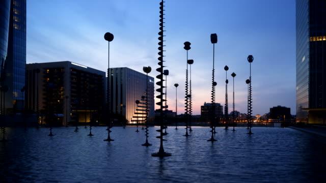 vidéos et rushes de time-lapse of sunrise over the western basin with arc de triomphe in distance, paris, france - arc élément architectural
