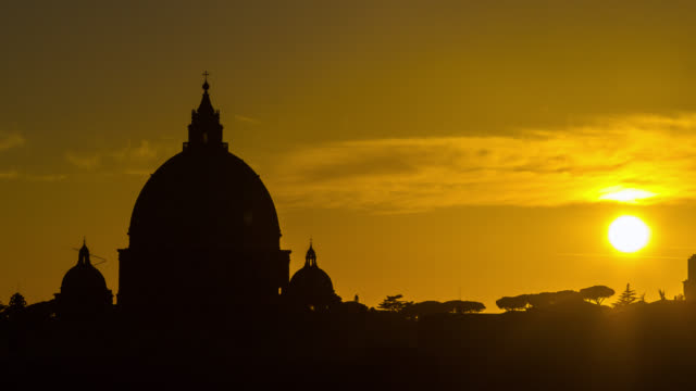 vídeos de stock e filmes b-roll de timelapse of sunset above the vatican city and saint peter's dome basilica. rome, italy. april, 2016. - basílica de são pedro