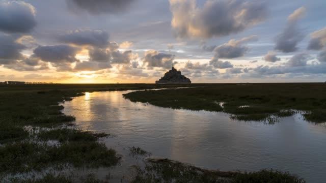 vidéos et rushes de timelapse of sunset and high tides in mont saint-michel - marée