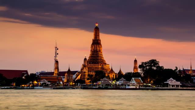 サンセットタイムラプスのワットアルンで、バンコク、タイ - チャオプラヤ川点の映像素材/bロール
