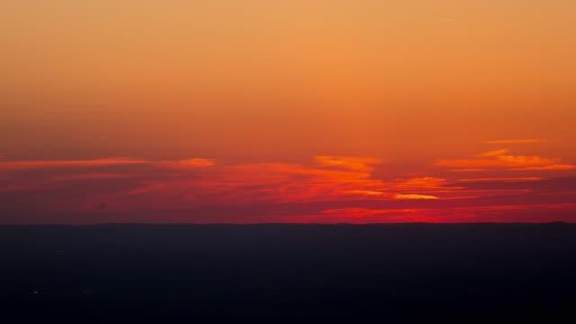 vídeos de stock, filmes e b-roll de timelapse de cores por do sol - horizonte