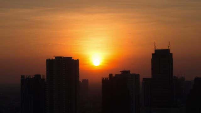 timelapse von sonnenuntergang in bangkok. - bangkok stock-videos und b-roll-filmmaterial