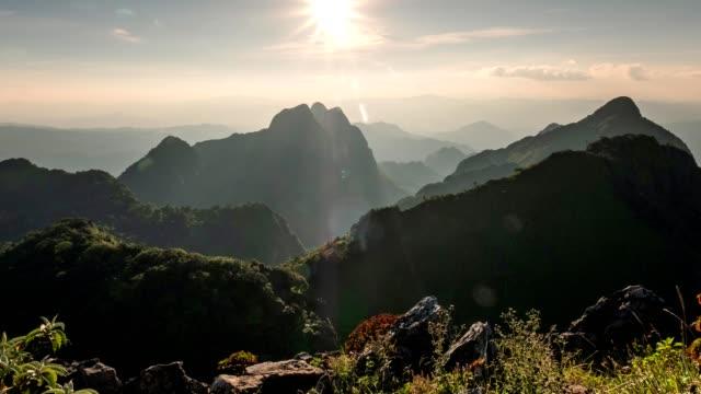 zeitraffer der sonnenuntergang am gebirgszug im tropischen regenwald im wildlife sanctuary doi luang chiang dao nationalpark - anhöhe stock-videos und b-roll-filmmaterial