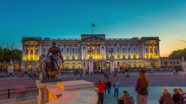 vídeos de stock, filmes e b-roll de timelapse of sunset over buckingham palace in london. - palácio de buckingham