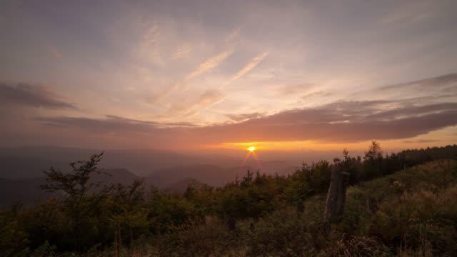 緑の丘に沈む夕日のタイムラプス - シュバルツバルト点の映像素材/bロール