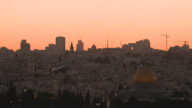 vídeos y material grabado en eventos de stock de timelapse of sunset over the dome of the rock in jerusalem - television show