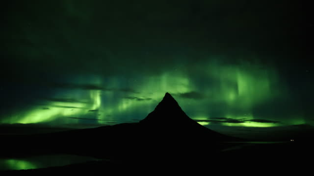 time-lapse of sunset to dark night of the mountain kirkjufell in west iceland - 30秒以上点の映像素材/bロール