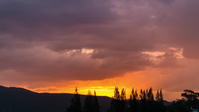 vídeos de stock, filmes e b-roll de timelapse do pôr do sol com nuvem está se movendo - cottonwood canyon