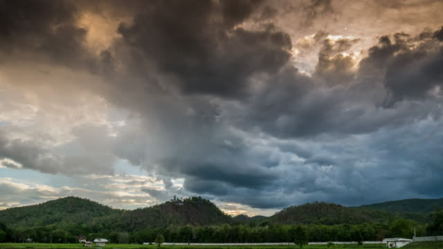 Der Sonnenuntergang mit Zeitraffer bewölkt nach Regen bei Sonnenuntergang