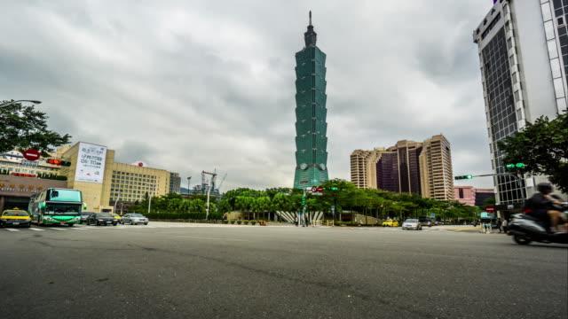 zeitraffer von taipei city hall und taipei 101 tower, taiwan, china - taipei 101 stock-videos und b-roll-filmmaterial