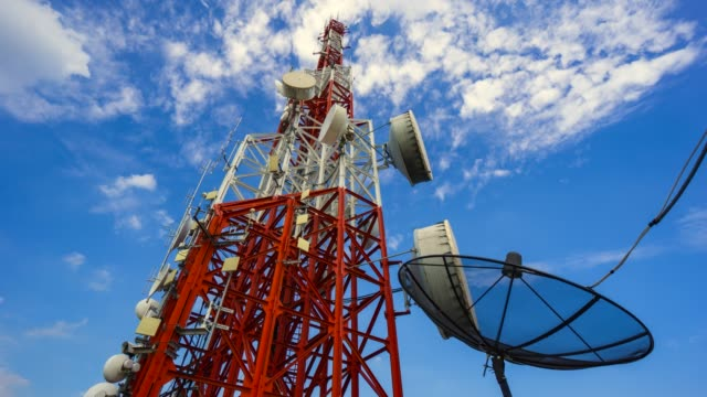 vídeos y material grabado en eventos de stock de torre de timelapse de telecomunicación con una nube en movimiento - frecuencia