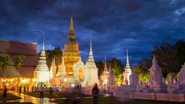 zeitraffer von thailand tempel menschen gehen durch gold-pagode, 4 k (uhd) - buddha stock-videos und b-roll-filmmaterial