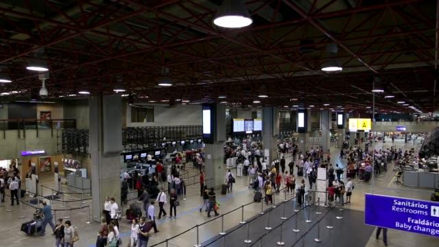 vídeos de stock, filmes e b-roll de timelapse do aeroporto - bagagem