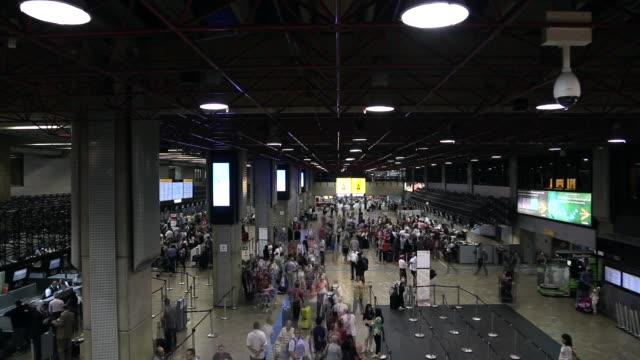 vídeos de stock, filmes e b-roll de timelapse do aeroporto - passageiro