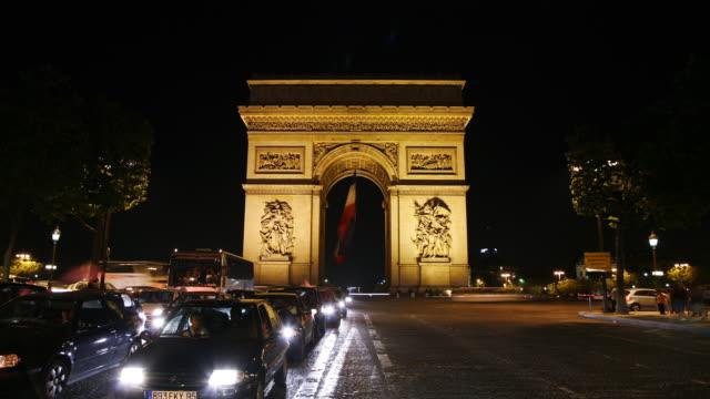 vidéos et rushes de timelapse of the arc de triumph, paris, france at night - arc élément architectural