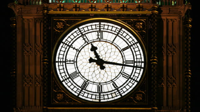 vídeos de stock, filmes e b-roll de timelapse of the big ben clock moving at night, london, england - big ben