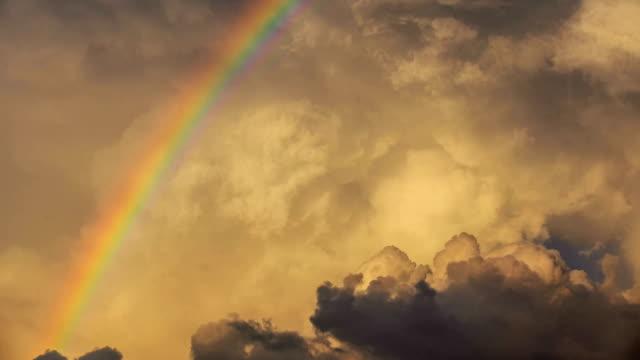 vidéos et rushes de timelapse du nuage - arc en ciel