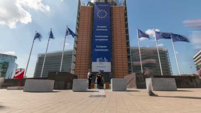 timelapse of the european commission building in brussels - europäische kommission stock-videos und b-roll-filmmaterial