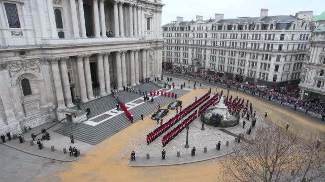 timelapse of the funeral cortege carrying the coffin of former british prime minister margaret thatcher arrives st paul's cathedral on april 17 2013... - prime minister of the united kingdom stock videos and b-roll footage