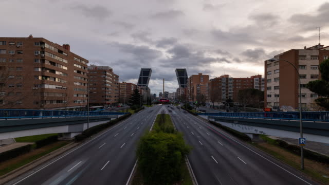 vídeos de stock e filmes b-roll de timelapse of the gate of europe towers,also known as kio towers at sunset - anoitecer