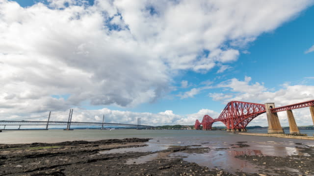 vídeos de stock e filmes b-roll de timelapse of the iconic forth bridge and the new queensferry crossing in edinburgh - estrada de ferro
