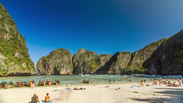 vidéos et rushes de timelapse of the maya bay beach on phi phi ley island, thailand. january, 2016. - maya