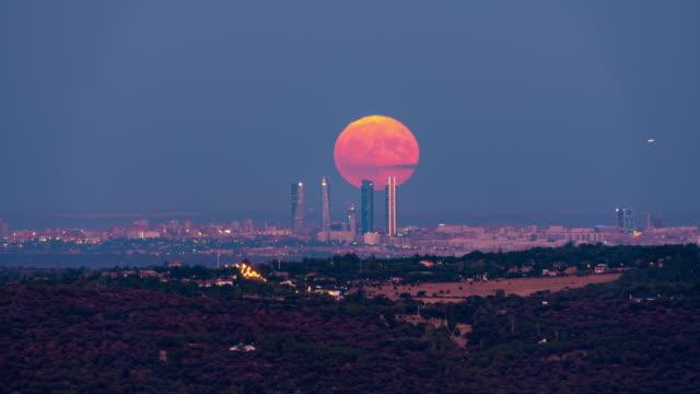 vídeos y material grabado en eventos de stock de timelapse of the moon rising behind the four towers in madrid - resolución 4k