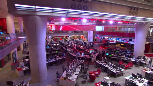 vidéos et rushes de timelapse of the newsroom at bbc broadcasting house - bbc