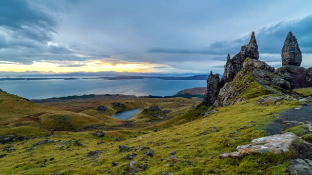 zeitraffer der old man of storr-highland, schottland - schottisches hochland stock-videos und b-roll-filmmaterial