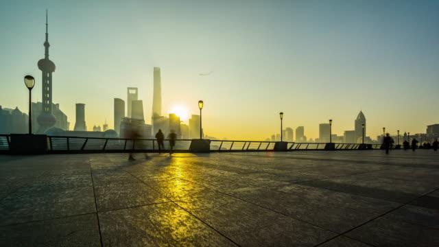 早朝、上海、中国の人々 のタイムラプス灘運動します。 - 農家の家点の映像素材/bロール