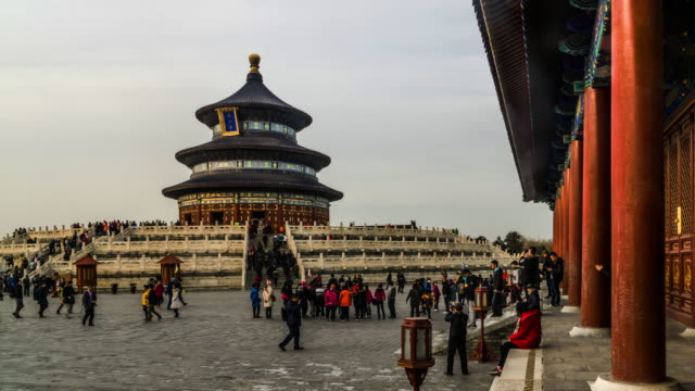 stockvideo's en b-roll-footage met timelapse van de mensen dwalen in de tempel van de hemel in weekend, peking, china. - tempel
