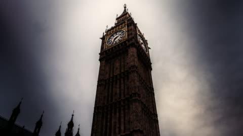 vidéos et rushes de timelapse of the queen elizabeth tower in london on a cloudy day - haut lieu touristique international