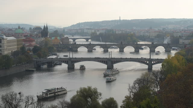 vídeos de stock e filmes b-roll de timelapse of the river vltava with charles bridge in prague - ponte carlos