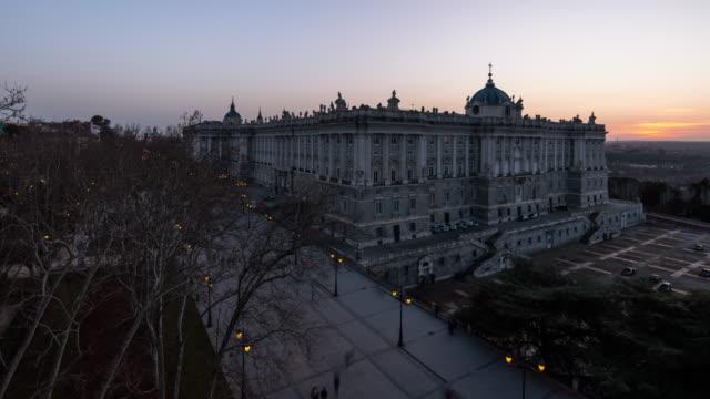 vídeos de stock, filmes e b-roll de time-lapse of the royal palace of madrid - política e governo
