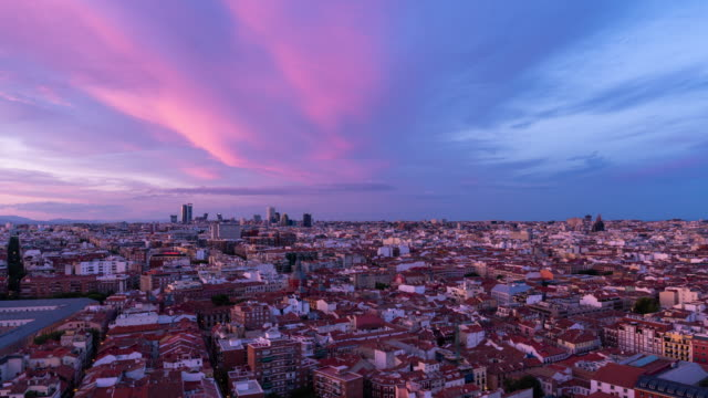 vídeos y material grabado en eventos de stock de timelapse of the skyline at sunset from roof top in madrid - madrid