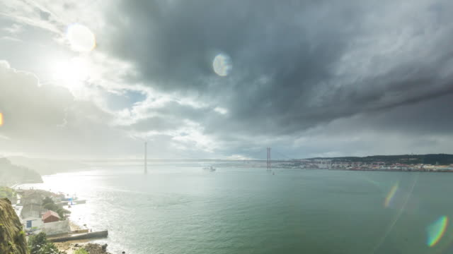 timelapse of the storm over the 25th of april bridge and lisbon skyline. portugal. april, 2017 - 4月25日橋点の映像素材/bロール