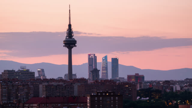 vídeos de stock e filmes b-roll de timelapse of the sunset of madrid skyline, spain - pátio