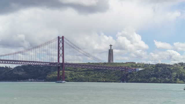 timelapse of the tagus river and famous 25th of april bridge in lisbon. portugal. april, 2017 - 4月25日橋点の映像素材/bロール