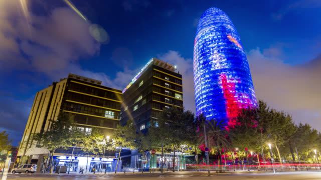 vídeos de stock e filmes b-roll de timelapse of the torre agbar at sunset in barcelona, spain - barcelona espanha