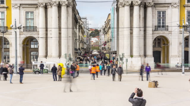 vídeos de stock, filmes e b-roll de timelapse of the tourists over the famous rua augusta arch on the commerse square at the augusta street of lisbon. portugal. april, 2017 - câmara parada