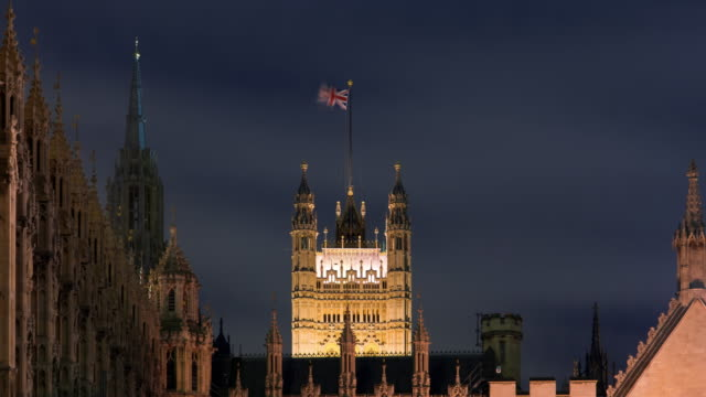 vídeos de stock e filmes b-roll de time-lapse of the victoria tower at westminster palace in london. - menos de 10 segundos