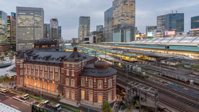 Time-lapse van Tokyo spoorwegen trein station zonsondergang