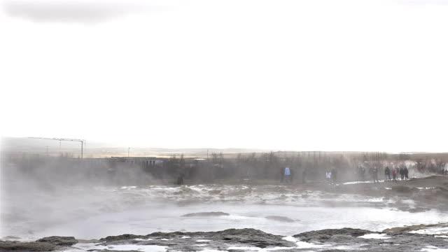 vídeos de stock, filmes e b-roll de lapso de tempo de turista na geiser strokkur na islândia - gêiser strokkur